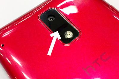 赤外線通信ポートは背面のカメラ下に搭載されている