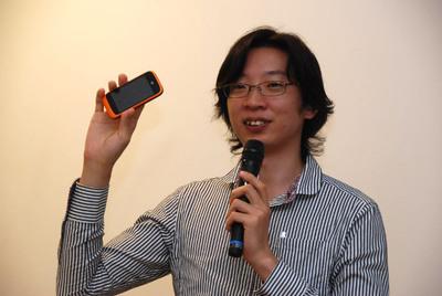 Firefox OS搭載端末「ZTE Open」を披露するMozilla Japanの浅井智也さん