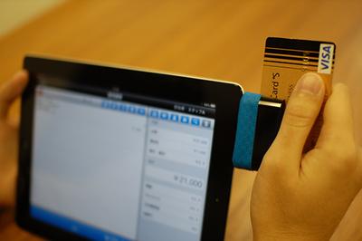スマレジペイメント。磁気テープ部分をシュッとスキャンします。iPadとの接続はイヤホンジャックです