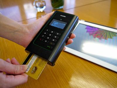 フライトシステム社 Incredist。クレジットカードを差し込んで,4桁の暗証番号を打ち込みます。iPadとの接続はBluetoothです