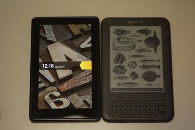 写真1 Kindle Fireと第三世代のKindleの比較