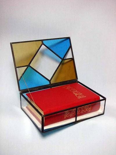 図1 革装3方金ステンドグラス箱入りの私家版本