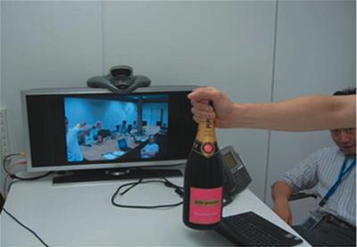 ビデオカンファレンスの様子。こちらが日本オフィス,映っているのがUS本社です