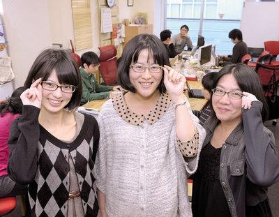 東京の古書店街,神保町にあるオフィスにて。今回は全員メガネ女子!