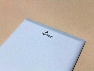 背面は,滑り止めも兼ねた素材が使われている。Readerのロゴがワンポイントになっている