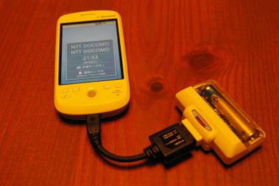 HT-03Aと乾電池式の充電バッテリを接続したところ。外部バッテリとしては,これが安くて一番使い回しの効く組み合わせか。