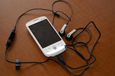 HT-03A付属のイヤフォンケーブルを付けたところ。マイク一体型で便利と言えば,便利だがもう少しスマートになって欲しい。