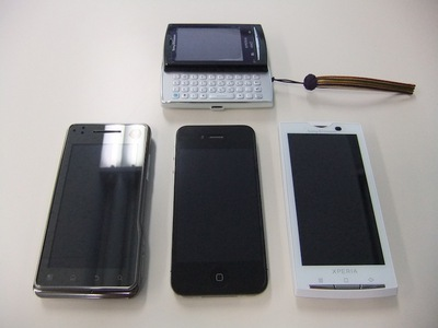 iPhone 4を中心に,左からMilestone XT720,Xperia X10,Xperia X10 mini pro。Androidケータイは,多くの選択がある。