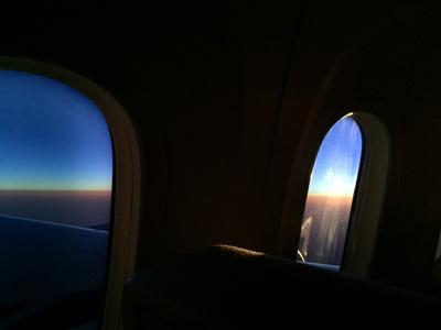 ハワイ到着まで残り2時間を切ったあたりで,朝日が昇ってきました。一面の雲を照らし出す朝焼け。英会話で落ち込む気持ちを少し払拭してくれる,良い光景でした。