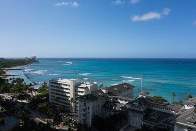 ホテルから見えるワイキキのビーチ。やはりハワイの海は青い!