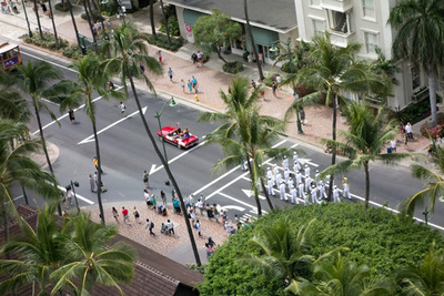いったんホテルに戻ったら,目の前の通りでクヒオデーを祝うパレードがやってました。クヒオデーのある週末には恒例の行事なのだとか。カマカ社がお休みだったことでアンラッキーだと思ってましたけど,これが見れるってことはむしろラッキーだったのかもと思い直したり。