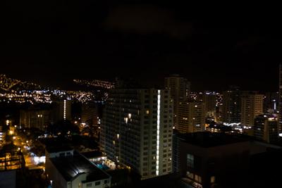 明日の再会に思いをはせながら,ぼーっと眺めるワイキキの夜景。