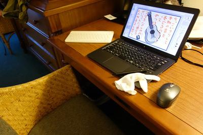10日間,ホテルの机で働いてくれた機材たち。VAIO Zを中心に,ポケモンキーボード,親指と人差し指部分を切り落とした綿手袋,LogicoolのBluetoothマウス。皆さんよく働いてくれました。