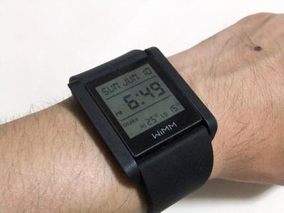 WIMM Oneを腕に付けたところ。大型の腕時計