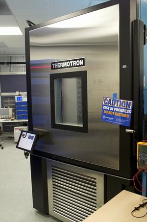 写真B サーバなどの機器を丸ごと入れて温度変化の耐性を見る試験機