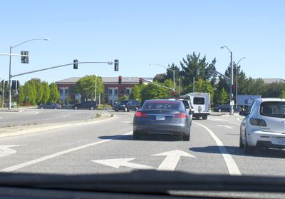 写真2 本社(Menlo Park キャンパス)入り口前。右手に良いねサインのタイトルが見える。偶然かあたりまえか,目の前はTesla S。ガレージには電気自動車がいっぱい。