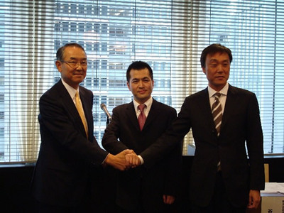 (左から)FRI代表取締役の竹中恭二氏(ロボットビジネス推進協議会 会長),ZMP代表取締役社長の谷口恒氏,パソナテック代表取締役社長の森本宏一氏