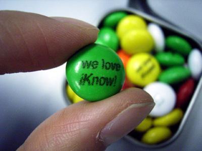 """発表会出席者に配られたチョコレートには""""we love iKnow!""""の文字が。米国m&m'sで行われているサービスだとか。"""
