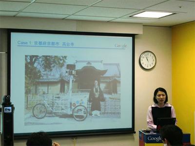 パートナープログラムを説明するグーグル根来香里氏。画面に映っているのが撮影用の自転車。