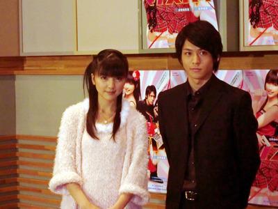 真野恵里菜さん(左)と佐野和真さん(右)