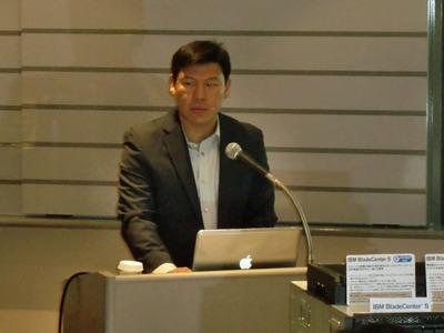 Morphlabsの事業戦略「クラウド・エコシステム」,またそれを実現するアプライアンス「mCloudシリーズ」について説明する同社CEOのWinston Damarillo氏。