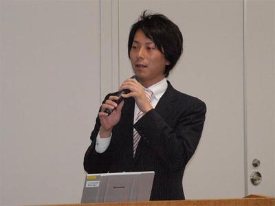 日立システムアンドサービス ネットワークプロダクト部 真島秀一氏「今日のために肩まであった髪をばっさりきりました」とのこと。