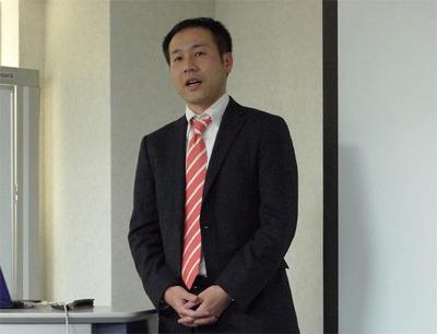 2010年度の活動について発表を行う福安 徳晃氏。