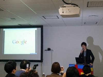Google Buzzについて説明する,プロダクトマネージャーの倉岡寛氏