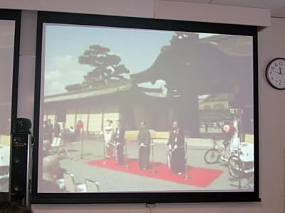 今回の発表に合わせて,二条城前にて記念式典が行われ,記者発表会場にも中継された。写真はIT系の発表会では珍しいテープカットの様子。