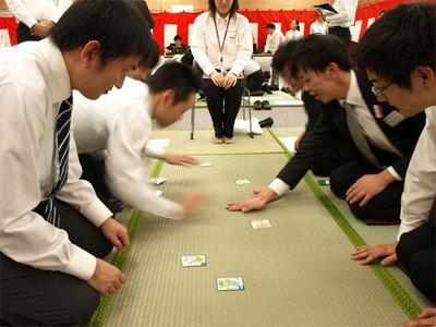 事前に練習を積んだチーム同士,白熱する札の取り合い