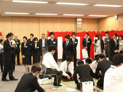 今回は同社が主催する学生向け「SE大学」の参加者も見学に。SE業界の(楽しい)一面に興味深々の様子だった