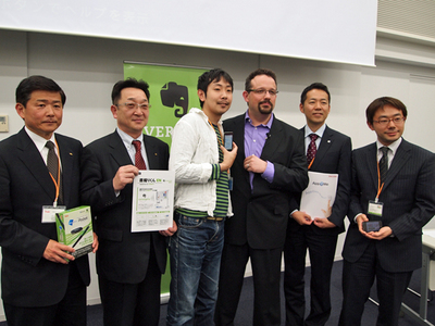 Phil氏(右から3番目)とパートナー各社関係者による記念撮影