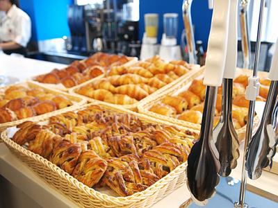 カフェタイムでは,セルリアンタワーと提携して作られている,焼き立てのパンを食べられる。