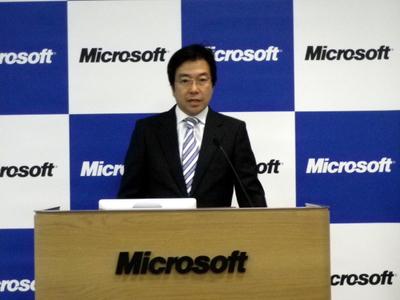2012年度経営方針について発表する日本マイクロソフト株式会社代表執行役社長 樋口氏。「2011年度は,Windows 7やOffice 2010,クラウド事業,社名変更や本社移転をはじめ,日本マイクロソフトとして着実に進化できた年だった」と振り返った