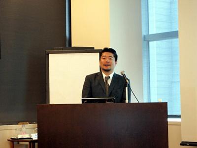 新製品発表会に合わせて,オートノミーの製品戦略の歴史や新製品販売計画,今後の展開について説明する同社代表取締役熊代悟氏