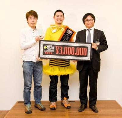 左:株式会社ケイブ 古川守氏/中:株式会社ケイブ 真崎之宏氏/右:GMOゲームセンター 代表取締役 服部 直人