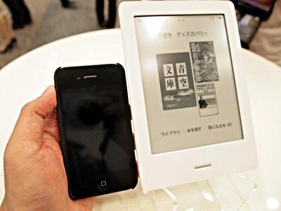 iPhone 4Sと比較したサイズ。iPhoneより二回りほど大きい114mm×165mm。ディスプレイサイズは6インチのタッチスクリーン電子ペーパー。厚さは10mm,重さは185g