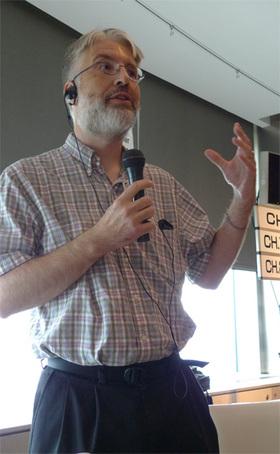Rippert CEOとともに来日した同社シニアソフトウェアエンジニアのScott Lysting Frichie氏。並列処理指向関数型のプログラミング言語Erlangのエキスパート。RiakのソフトウェアもErlangベースで開発されているため,ErlangのAPIを利用した拡張が可能だ