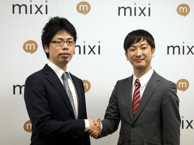 力強く握手する笠原氏と朝倉氏