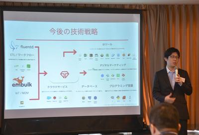 技術的な展開について語る米国トレジャーデータCTO,太田一樹氏。「IoTというのはバズワード」と言いながらも,データ収集,分析の両面で「サイロ化したものを崩していく」と戦略にブレがないことを強調した。
