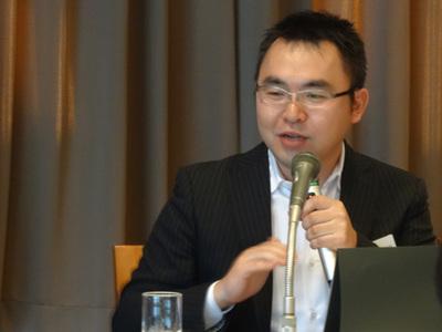 「我々のやっていることもやがてコモディティ化する」という米国トレジャーデータCEO,芳川裕誠氏。それに備えて顧客と共にデータ活用のハブ的な仕組みを構築することで,GoogleやAmazonといった芳川氏が「インターネット・ジャイアント」と呼ぶ企業にも対抗していく姿勢を訴えていた。