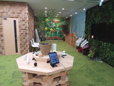 IoT Future Lab.(オープンスペース)。開設時点で100を超えるIoT機器の展示が行われている。また,各所で設置されているインテリアは,熊本県の小国杉を使った特注品である