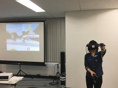 発表会にて,同社社員によるVRコンテンツの編集のデモが行われた。専用のVRデバイス(HMDおよびコントローラ)を使いながら,VR空間内で編集を行っている様子