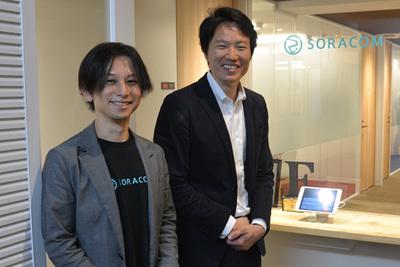 2016年10月,SORACOM vConeec Coreの発表時にソラコム オフィス前で挨拶する同社代表取締役社長 玉川憲氏(右)とCTO 安川健太氏