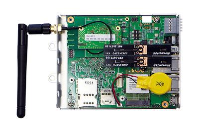 OpenBlocks IoT VX2の内部。この写真ではオプションのLoRaWANモジュール(左上アンテナと接続された基板)がセットされている