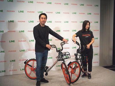 資本業務提携を締結したLINE株式会社代表取締役社長出澤剛氏(左)とモバイク・ジャパン株式会社創業者Hu WeiWei氏(右)