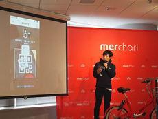 実際にアプリを使ってスマートロックを解除するデモを行う,株式会社ソウゾウ メルチャリプロダクト責任者 井上雅意氏(左)。ロックの解除はスマートフォンからQRコードを読み取って行う(右)