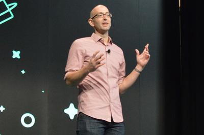 「Universe 2018」でセッション中のエドワード・トムソン氏。もとGitHubの中のひとでMSに転職,そしてまたGitHubのメンバーと一緒に仕事をすることに