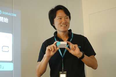 「plan-KM1」用のSIMカードを手に発表を行うソラコム 代表取締役社長 玉川憲氏