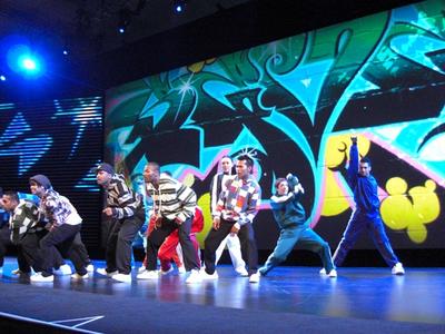 写真2 開幕前に会場を盛り上げるダンスパフォーマンス